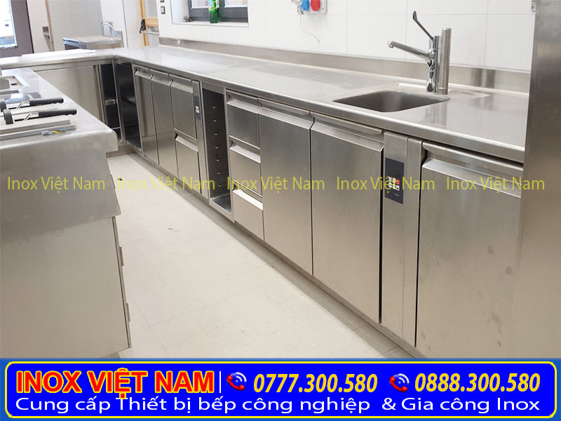 Hình ảnh lắp đặt tủ chén inox, tủ đựng chén bát, tủ inox có bồn rửa cho bếp gia đình của công ty Inox Việt Nam