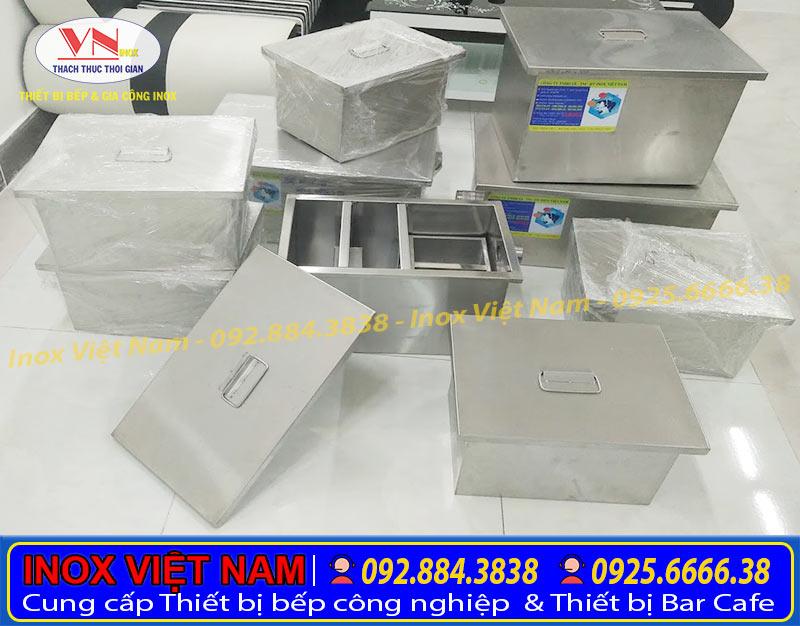 Hình ảnh bể tách mỡ inox chụp tại công ty với nhiều kích thước khác nhau.