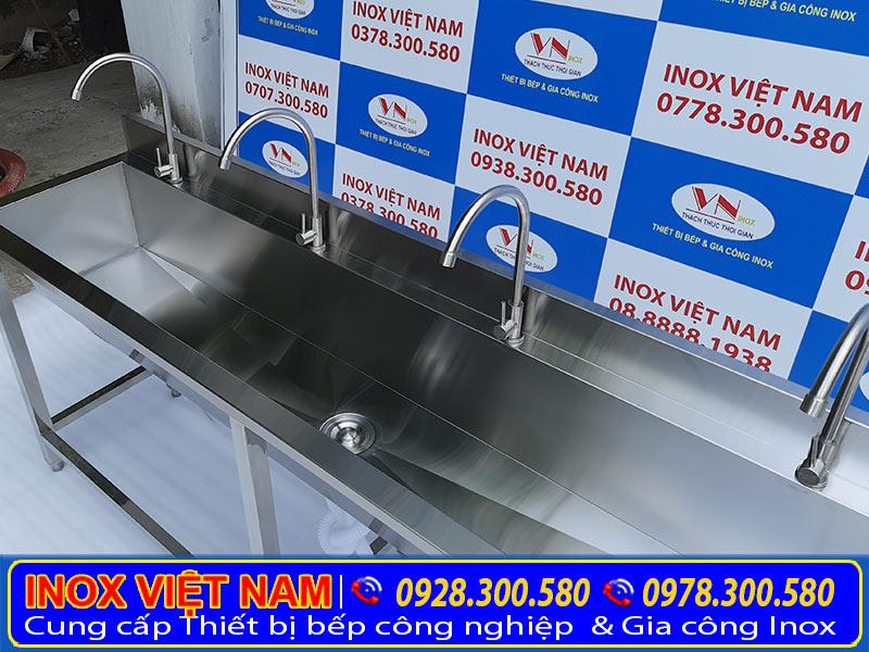Gia công máng rửa tay inox công nghiệp dài 2 mét, bồn rửa chén công nghiệp, chậu rửa chén inox công nghiệp cho trường học, xí nghiệp. Với kích thước và kiểu dáng theo yêu cầu.