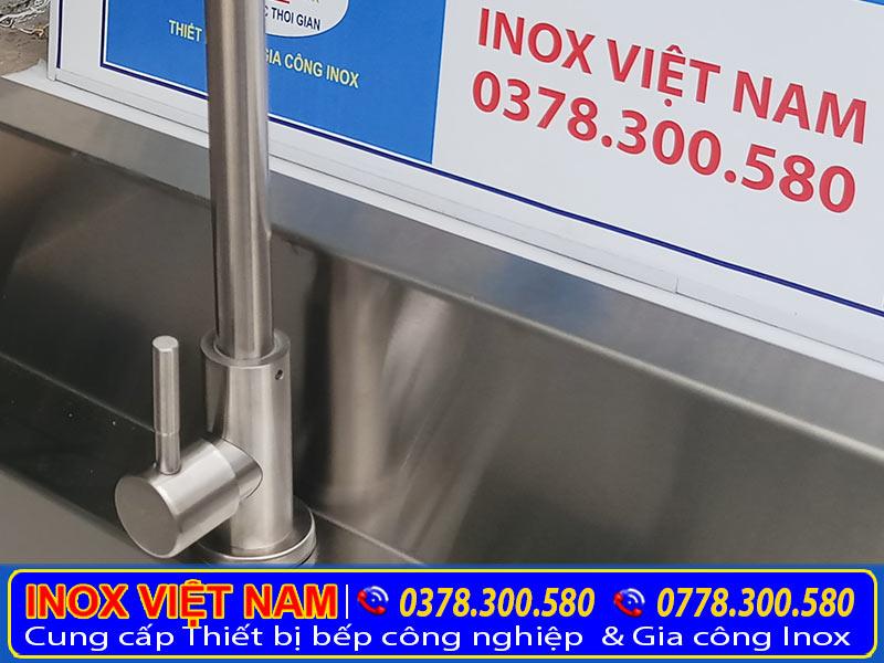 Chất liệu inox 304 cao cấp sẽ giúp máng rửa tay inox, bồn rửa tay inox cho trẻ mầm non. Luôn sáng bóng và bền đẹp. (Ảnh thật tế).