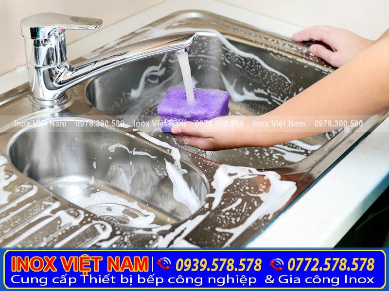 Hướng dẫn vệ sinh chậu rửa công nghiệp. Bồn rửa chén inox 2 ngăn có lỗ xả rác đúng cách.