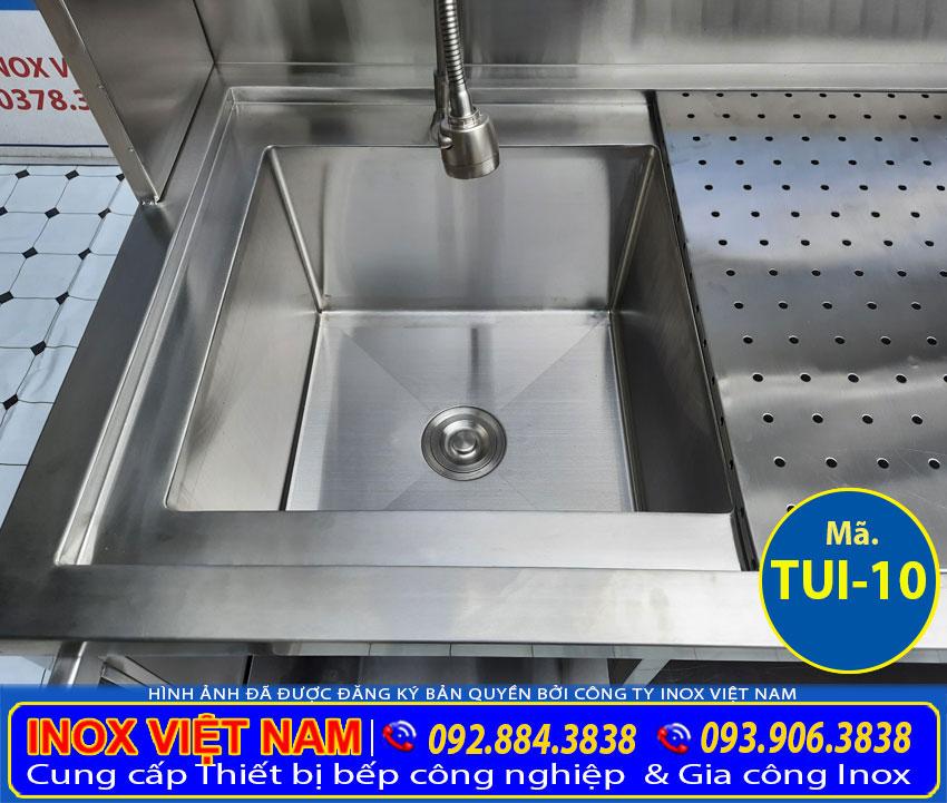 Xi phông và vòi xả nước của chậu rửa chén có tủ inox.