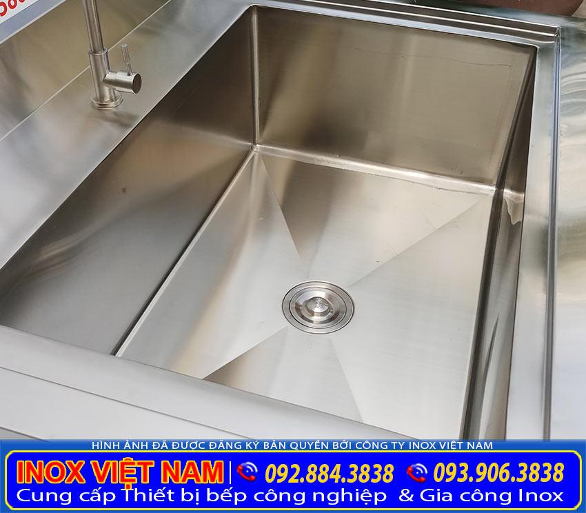 Tất cả sản phẩm chậu rửa inox công nghiệp, chậu rửa inox có chân, bồn rửa chén inox 3 ngăn, máng rửa tay inox công nghiệp. Đều được gia công từ chất liệu inox 304 cao cấp bền đẹp.