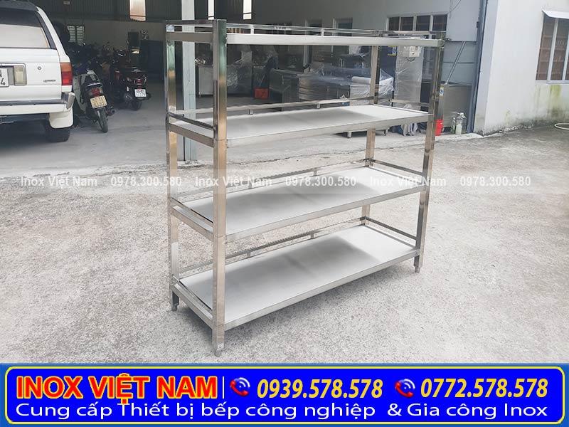 Kệ bếp inox 4 tầng dạng phẳng được gia công từ chất liệu Inox 304. Với khả năng chống gỉ và chống ăn mòn theo thời gian.