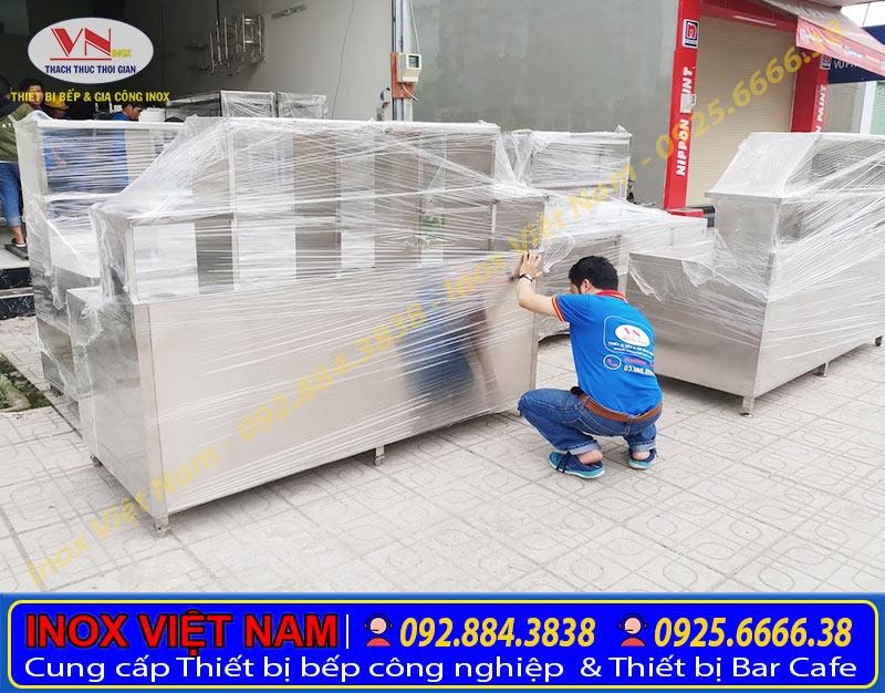Quầy bar inox, quầy pha chế trà sữa được các nhân viên Inox Việt Nam đóng gói cẩn thận trước khi vận chuyển giao đến khách hàng.