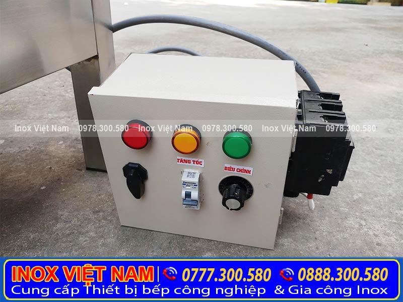 Với hệ thống điều chỉnh của nồi được tích hợp qua bộ nút gần thân nồi nấu cháo công nghiệp bằng điện.