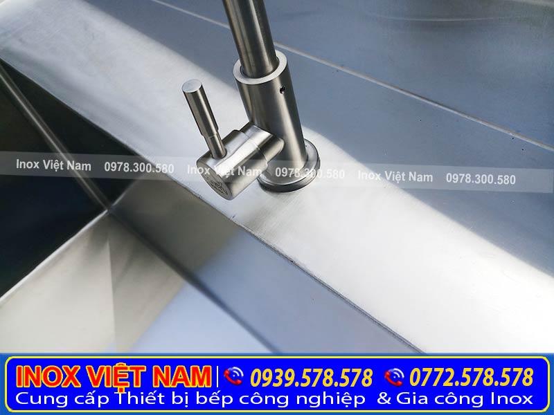 Vòi nước của chậu rửa bát được làm từ chất liệu inox 304. Kiểu dáng sang trọng, bền, đẹp phù hợp với mọi không gian.