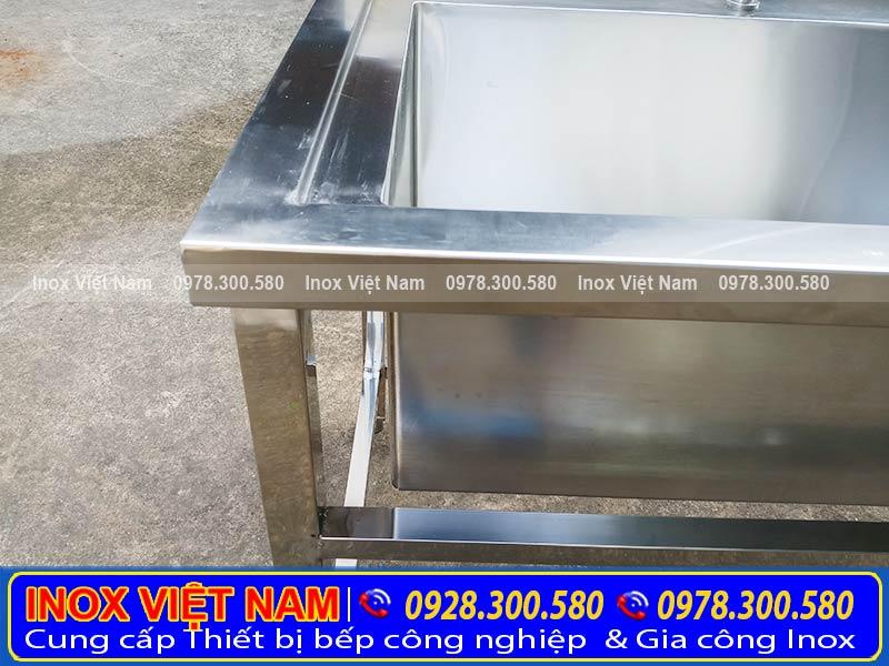 Thân chậu rửa inox inox dày 1.0 mm, chân chậu rửa chén inox dạng vuông, kích thước 40 mm.