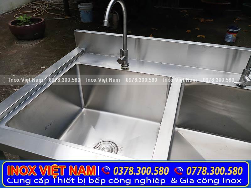 Chậu rửa inox 3 hộc có chân với thiết kế đẹp. Với chất liệu inox 304 cao cấp, bền đẹp, sang trọng.