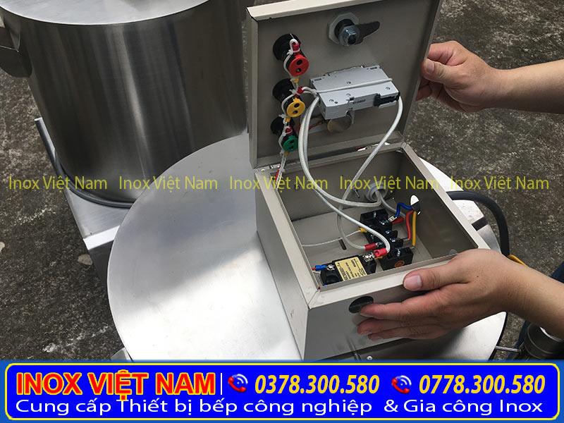 Nồi điện nấu phở với thiết kế thông minh. Với Attomat chống giật và chống chập cháy điện. An toàn cho người sử dụng. Giúp tiết kiệm điện.