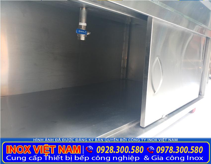 Hình ảnh: bên trong phần tủ dưới của tủ hâm nóng thức ăn.