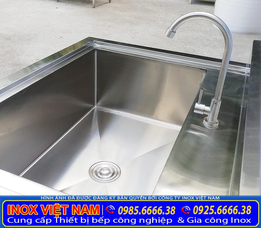 Kích thước chậu rửa đơn cánh trái, bồn rửa chén inox 1 ngăn có chân lớn dễ dàng sử dụng. (Ảnh thật tế).