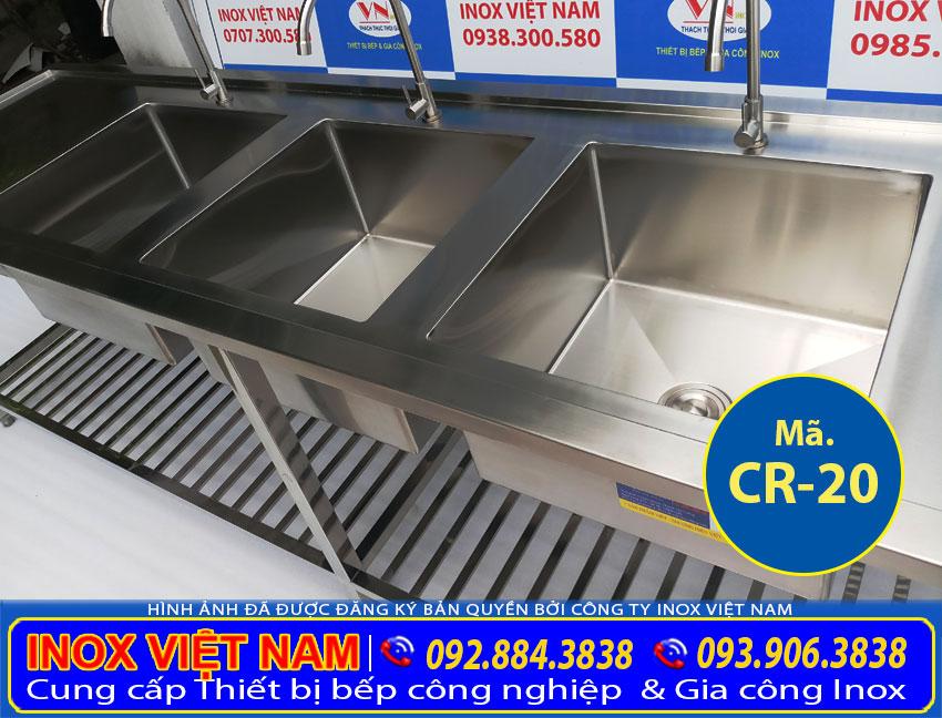 Bồn rửa chén nhà hàng 3 hố loại lớn kết hợp 2 bàn rửa bên cạnh là sản phẩm chậu rửa chén inox công nghiệp, bồn rửa chén inox có chân. Mang tính tiện ích cao được sử dụng nhiều nơi khác nhau. ( Ảnh thật tế)