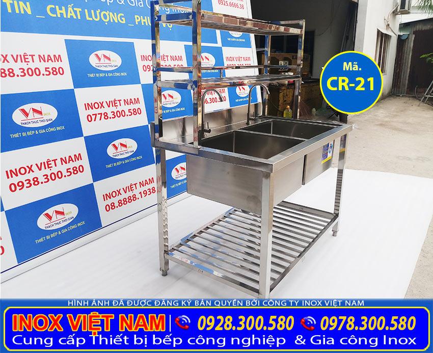 Bồn rửa công nghiệp inox 304 có thiết kế kệ song trên dưới, chậu rửa đôi inox công nghiệp có kệ trên và kệ dưới CR-21. Là sản phẩm chậu rửa inox cho nhà hàng được ưa chuộng nhất hiện nay phù hợp với mọi không gian bếp (Ảnh thật tế).
