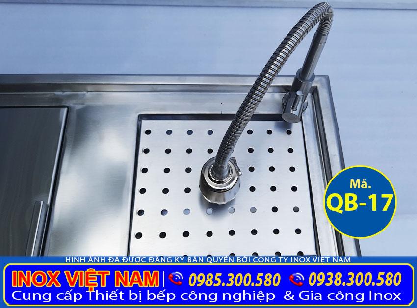 Chi tiết chậu rửa inox quầy bar của sản phẩm thùng đá inox âm bàn kèm chậu rửa inox quầy bar QB-17 (Ảnh thật tế).