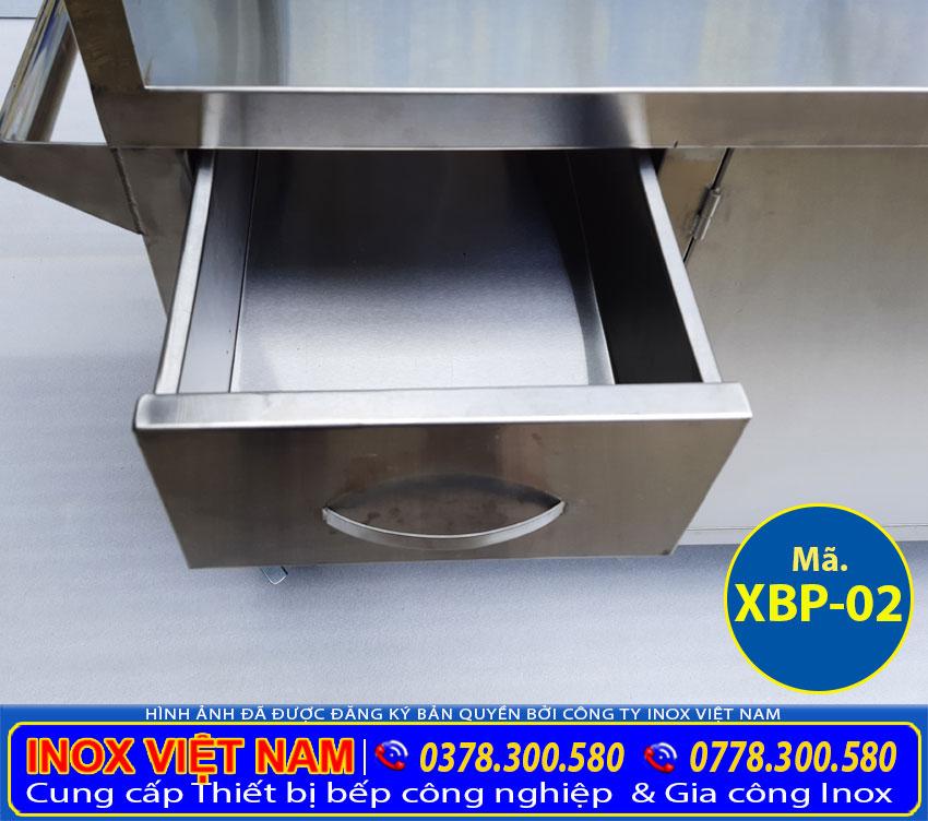Thiết kế phần hộc tủ xe đẩy bán hủ tiếu inox tiện lợi. Giúp người dùng có thể dễ dàng sử dụng, đựng được nhiều thứ mong muốn.