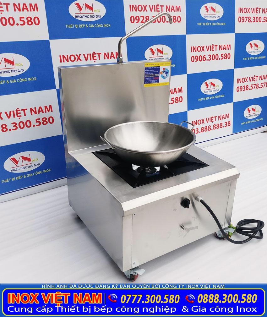 Bộ chảo inox công nghiệp và bếp chiên công nghiệp bằng gas.