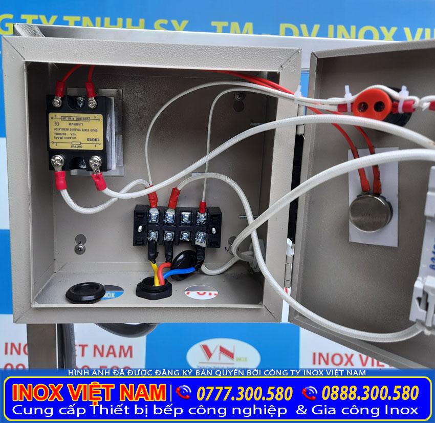 Chi tiết hệ thống dây điện bên trong hộp điện điều khiển bộ nồi nấu phở bằng điện.
