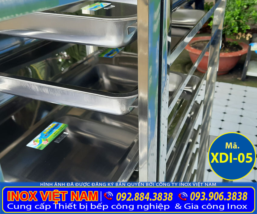 Thiết kế phần khung xe đẩy hàng inox, xe đẩy thức ăn inox. Sáng bóng, bền đẹp, sang trọng, chịu sức nặng.