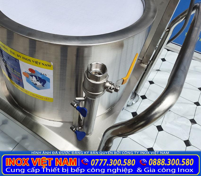 Chi tiết ống canh mực nước, ống cấp tiếp nước của bộ nồi tráng bánh cuốn bằng điện.