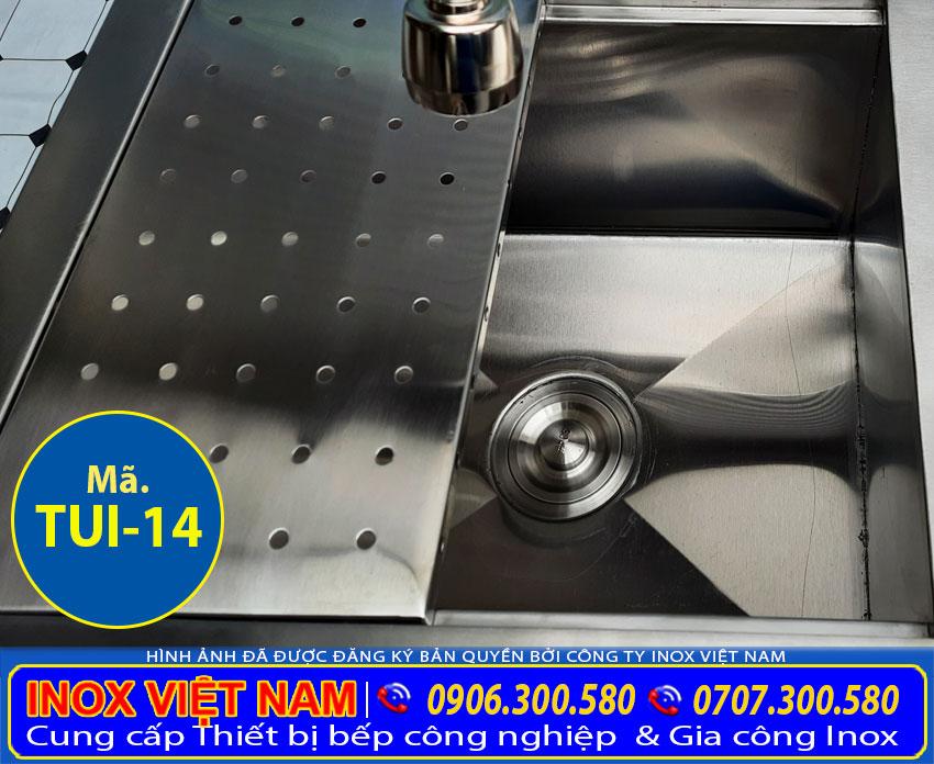 Xi phông và vòi xả nước của chậu rửa chén có tủ inox TUI-14.