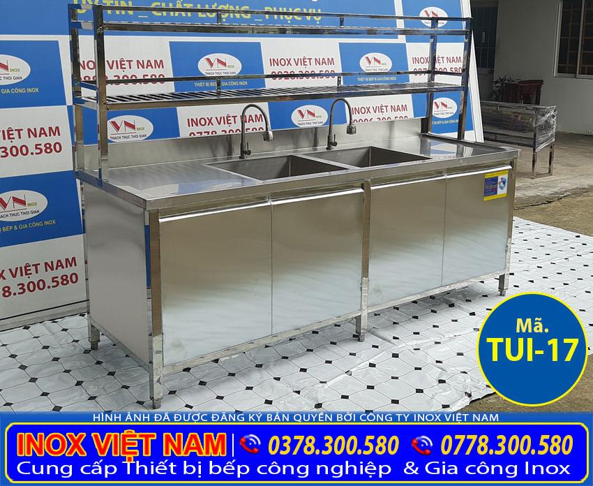 Tủ bếp inox có 2 chậu rửa và kệ trên được làm bằng chất liệu inox cao cấp, bền đẹp.