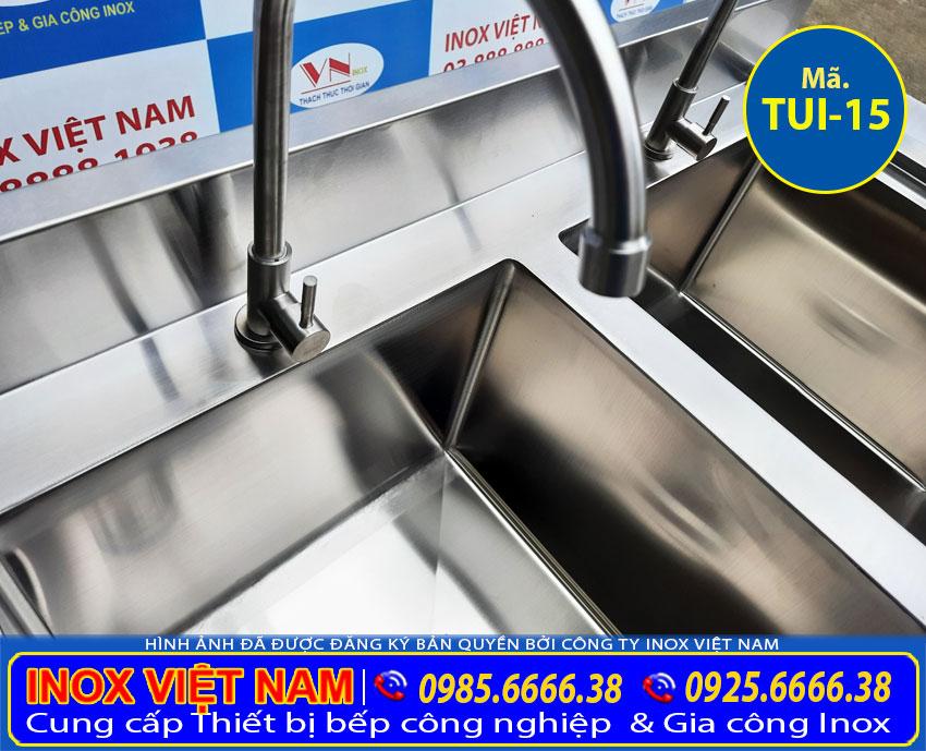 Chi tiết vòi xả nước của tủ bồn rửa chén 2 ngăn TUI-15.