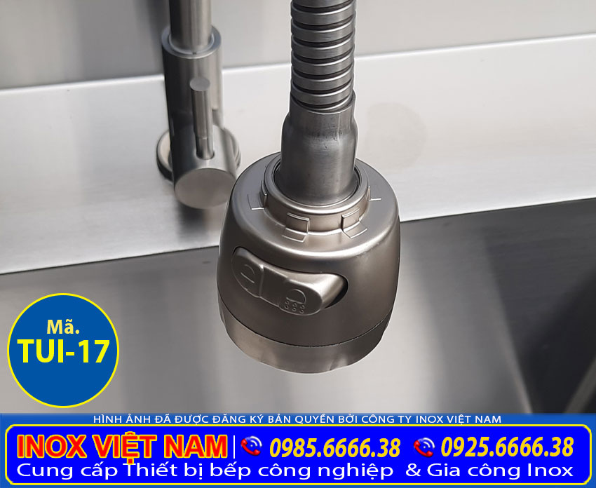 Chi tiết phần vòi xả tủ chén inox có 2 bồn rửa với chất liệu inox 304 sáng bóng sang trọng.