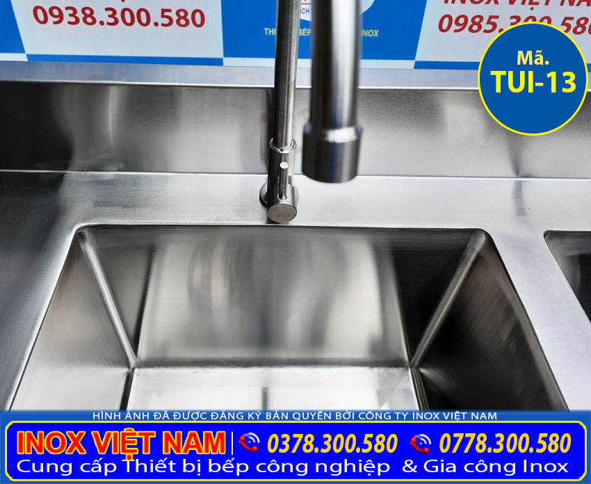 Chi tiết vòi xả tủ inox có 2 bồn rửa inox. Với chất liệu inox 304, cao cấp sang trọng.