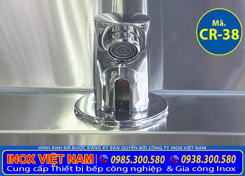 Chi tiết phần vòi xả nước của chậu rửa tay công nghiệp được thiết kế đẹp sang trọng từ chất liệu inox 304 cao cấp.