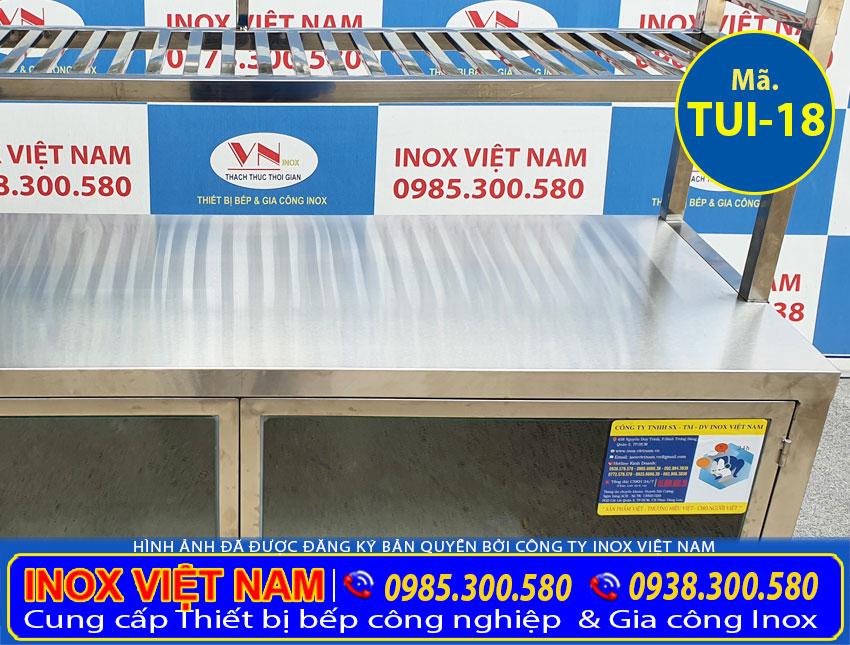 Chi tiết phần mặt bàn tủ chén inox công nghiệp có kệ trên TUI-18.